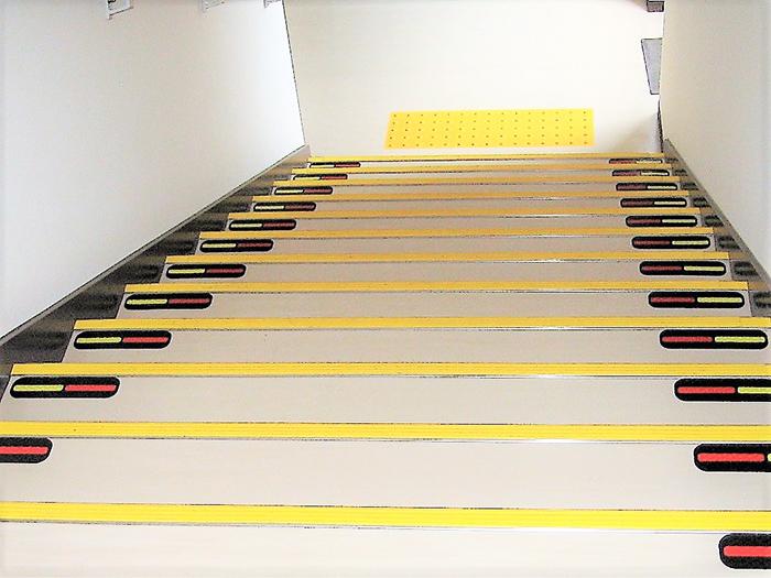 国分寺市役所階段段差シール